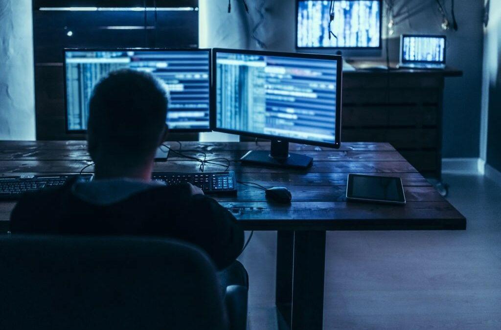 Seorang pria yang sedang memperhatikan jaringan network demi menjaga efektivitas dan efisiensi kerja