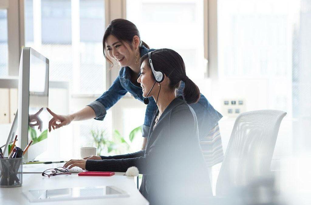 Interaksi antar wanita menggunakan jaringan PBX untuk mengontak kantor cabang