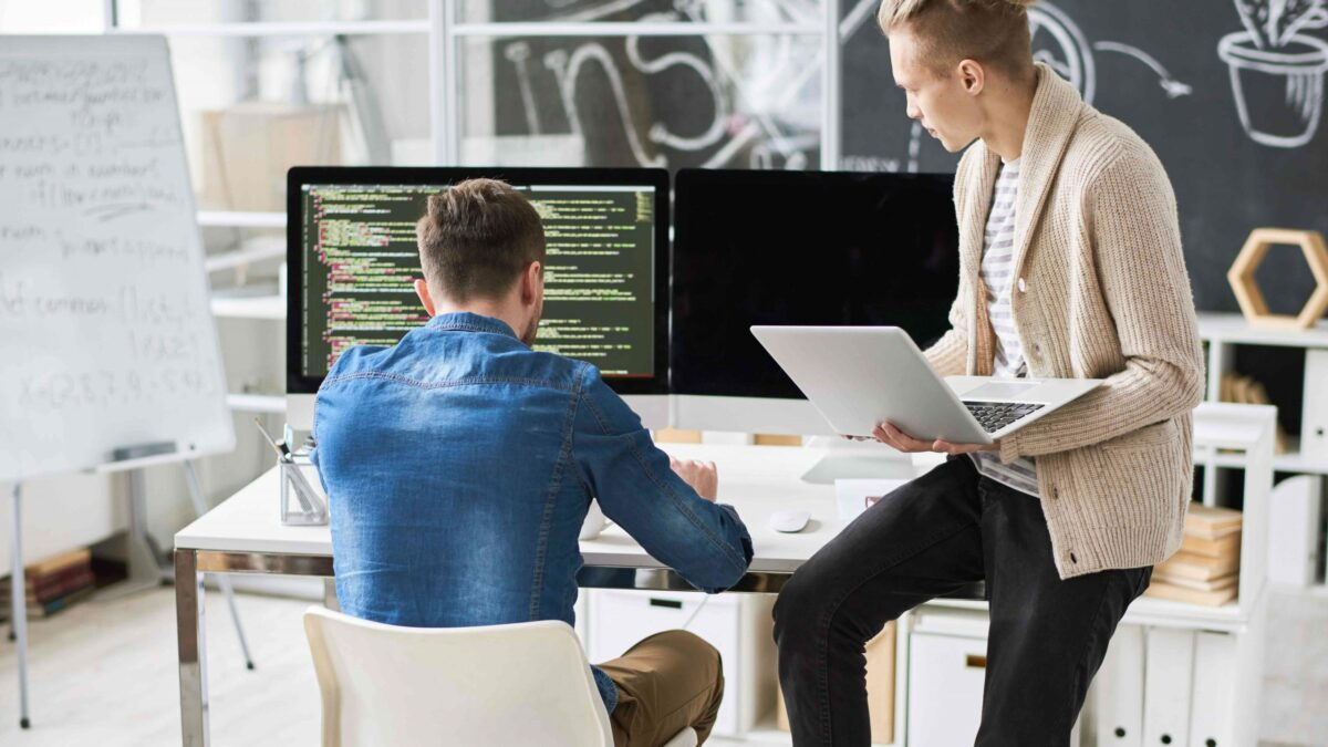 Tim IT Support sedang melakukan penganalisaan sistem software perangkat IT di sebuah perusahaan